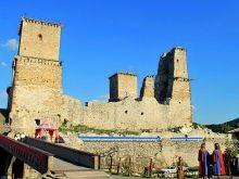 De Diós Györi burcht in Miskolc is gebouwd ter vervanging van een fort.  Het fort is verwoest door de Tartaren. De burcht is tussen 1262 en 1270 gebouwd.  Vanaf 1340 is het een burcht voor koninginnen. In die periode is de burcht in Miskolc ook verbouwd tot een gotisch kasteel met vier torens.  De Diós Györi burcht is in 2014 gerenoveerd. Lees meer: http://www.hungariahuizen.nl/miskolc/
