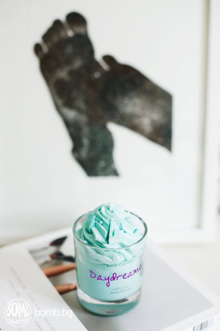 Sometimes happiness comes in a small glass container and lasts up to 35 hours ;) #bombcosmetics #thebomb #scentedcandles #aromatherapy #purehappiness https://bomb.bg/aromaterapiya/smetanovi-sveshti-ceni/daydreamer-piped-glass-candle-svesht-cena