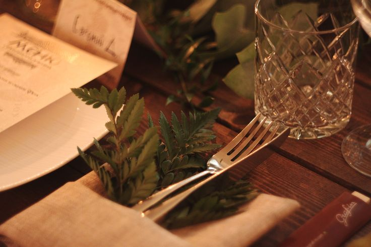Simple but stunning table pieces. Linen napkins with fern. Warm and сharming wedding dinner in Saint-Petersburg. Event desinger: decokit.ru, wedding agency: pojenim.ru. @Decokit #wedding #weddingdecor #decor #harrypotter #photozone #weddingphotography #elegantwedding #gorgeous