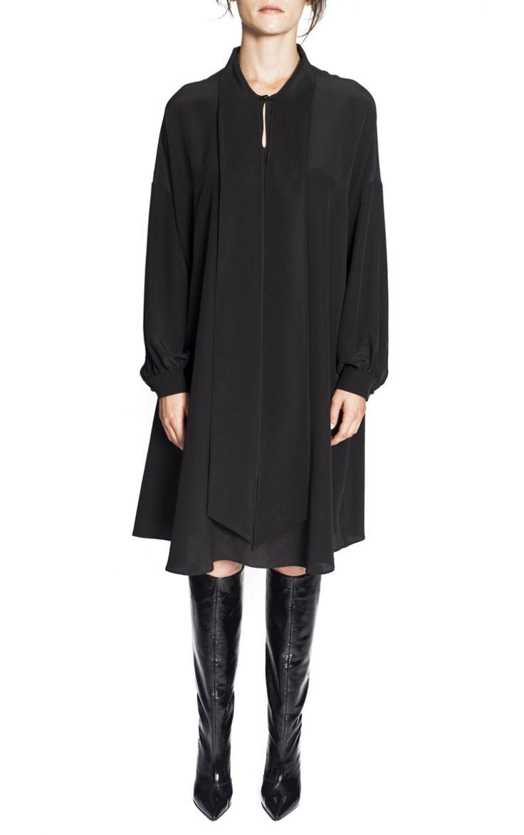 Robe Trapèze en Soie Valentino Cette robe noir est signée Valentino. Coupe trapèze avec col V et lavallière et manches à la finition chemise. Robe longueur genoux réalisée en soie noir. 100% Soie