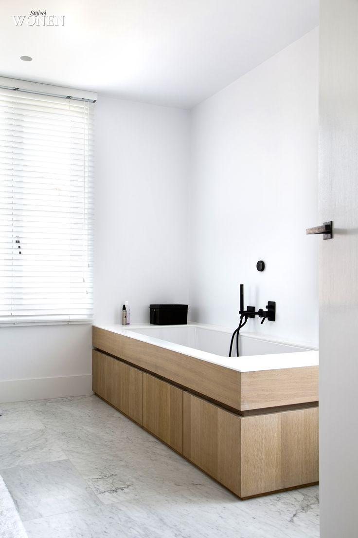 Stijlvol Wonen: het magazine voor warm-hedendaags wonen - ontwerp: Oscar V - fotografie: Sarah Van Hove #blackwhite #badkamer #marmer #eik #kranen