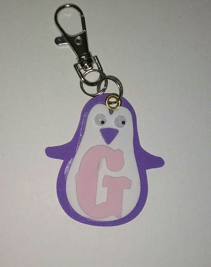 pinguino portachiavi, realizzato in gomma crepla ,con iniziale. Per info contattatemi via email rdlmcl@hotmail.it