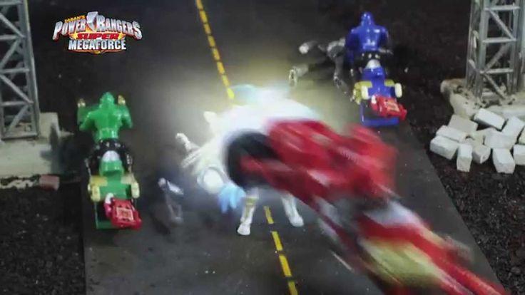 Retrouve toutes les figurines des Rangers, les véhicules et les robots qui se combinent comme dans la série, aussi bien que les accessoires pour te glisser dans la peau des Power Rangers Super Megaforce, de la toute nouvelle gamme de jouets Bandai, disponible dès à présent ! #PowerRangers #Jouet #Enfants #Bandai