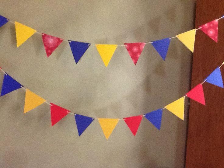 Guirnalda de colores amarillo., azul y rojo para fiesta temática colombiana. #FiestaTematicaColombiana