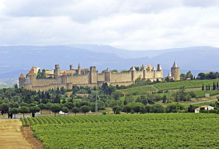 C'est au 13ième siècle que l'Aude fut le théâtre de combats sanglants lorsque la secte cathare se révolta en grande masse contre la corruption et les intrigues au sein de l'Eglise de Rome. Une croisade impitoyable, menée avec l'approbation du Saint-Siège, se solda par le massacre de plus de 20.000 citoyens sans défense. Les combattants des deux camps, tour à tour 'chasseurs' et 'gibier', se retranchaient dans des forteresses souvent imprenables, situées sur des...