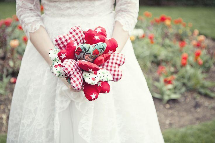 Bouquet di cuori di stoffa perfetto per un matrimonio a tema san valentino. Original bouquet with fabric hearts for St. Valentine's Day. #wedding #bouquet [Credits photo: rocknrollbride.com]