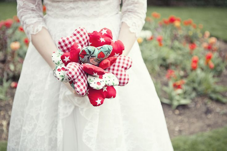 Bouquet di cuori di stoffa perfetto per un matrimonio a tema san valentino. Original bouquet with fabric hearts for St. Valentine's Day. #wedding #bouquet [Credits photo: rocknrollbride.com]