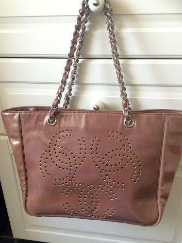 Sælger fin Chanel taske. 100% ægte! Pung medfølger! Størrelse: 40 * 23 cm Oprindelig købspris var 28.000 Dkr Læder belagt med lak. Der er passet meget godt på den! Købt i London for få år si...