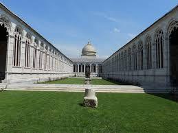 Camposanto, Pisa. Monumentale cimitero che chiude il lato nord della piazza del duomo, fu aperto nel 1278 e presenta un misto fra lo stile architettonico romanico e quello pre-rinascimentale. L'interno fu rovinato dai bombardamenti della seconda guerra mondiale.