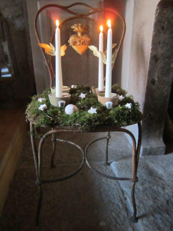 Bougies de l'avent sur une ancienne chaise de jardin