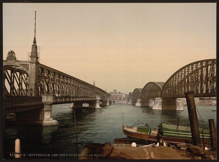 Roterdam 1898 (en toch al in kleur): De Maasbruggen, waar nu de Willemsbrug ligt | Deze foto is gemaakt door middel van de zogeheten Photochrom techniek. Dit is een druktechniek waarbij een kleurenafdruk wordt gemaakt van het negatief van een zwart-wit foto. Het geeft meteen een heel ander beeld van de stad die wij nu als moderne havenstad kennen.