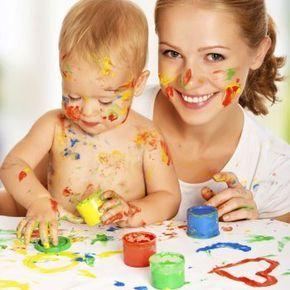 Cómo elaborar pinturas caseras para los niños. Guiainfantil.com nos enseña el paso a paso de una receta para hacer pintura en casa para que los niños puedan pintar con los dedos y manos.