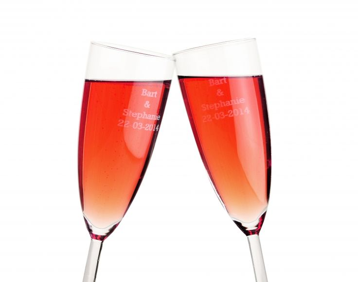 Open jullie bruidsfeest met een extra persoonlijke toost. Deze chique champagne glazen worden voorzien van een persoonlijke gravure, denk aan jullie namen en trouwdatum. Zo wordt de avond toch wel heel bijzonder. Laat de gasten de glazen mee naar huis nemen ter herinnering aan die mooie dag. #bedankje #trouwen #bruiloft