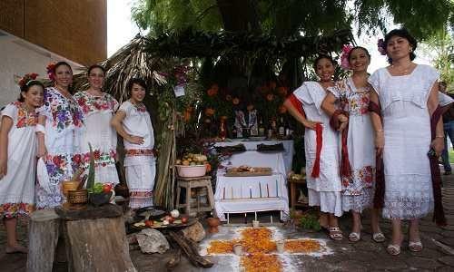 El festejo tradicional en la Península de Yucatán, conocido como Hanal Pixán, en que se rescatan algunos ritos mayas (entre ellos el desenterrar y lavar los huesos de los difuntos) y los altares se cubren de platillos típicos de la región, como el tamal Mucbipollo.