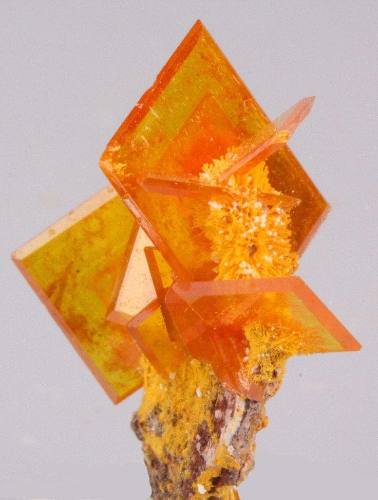 Wulfenite crystal. Ayuda en caso de durezas, deshidratación, cuando se hace régimen, con atrofia muscular y la formación de piedras.
