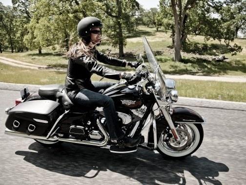 La panoplie Harley n'a pas beaucoup changé : le casque, le blouson, les gants en cuir, le tout issu de la collection MotorClothes griffée Davidson. (© Harley-Davidson)