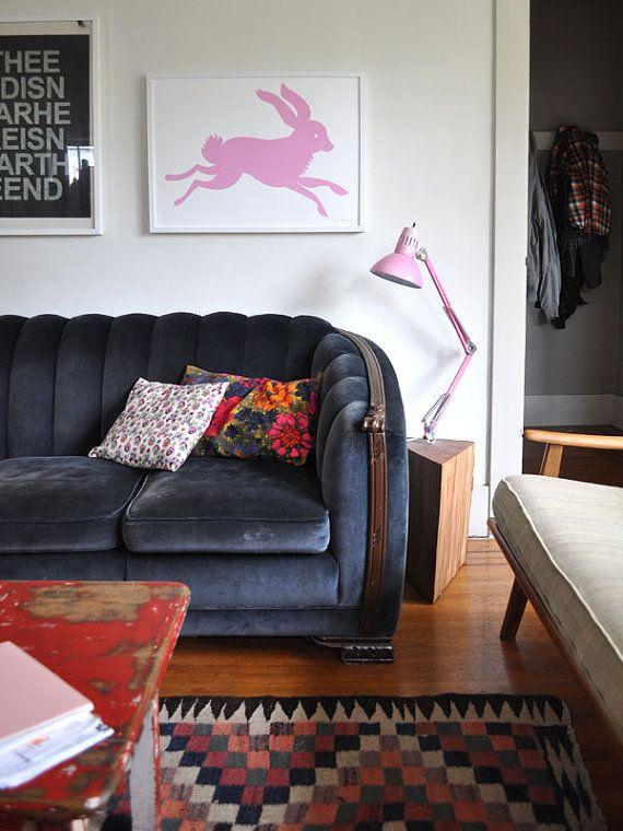 Salon éclectique avec son canapé bleu nuit rétro et son tapis ethnique