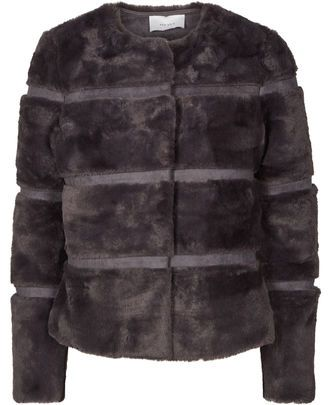 Kahla faux fur jakke fra Neo Noir – Køb online på Magasin.dk - Magasin Onlineshop - Køb dine varer og gaver online pid=VA04380771-02373416_061 null