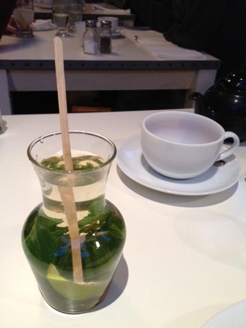 Detox : Eau+menthe+ tranche citron vert+ miel (albion)