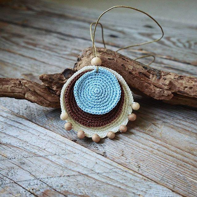 Кулон Ванильное небо. Ванильный коричневый и голубой - беспроигрышное сочетание  . Мне нравится. А вам? Хлопок можжевельник. 390 рублей. #наличие_в_Светлице #слингобусы_из_Светлицы #слингобусы #кулон #подарокподруге #crochetjewelry