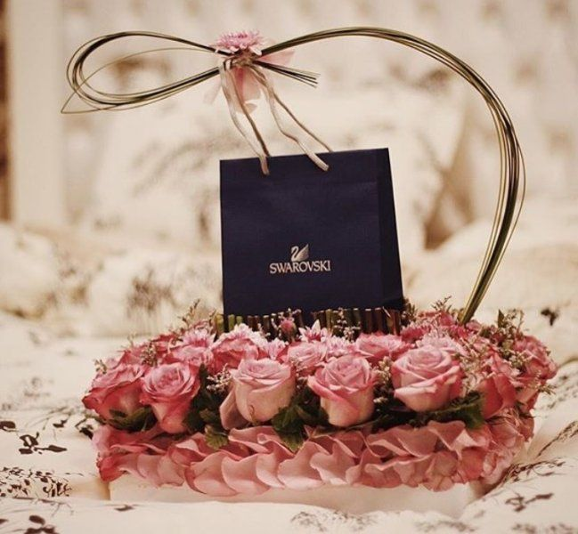 نتيجة بحث الصور عن تغليف هدايا بالورد Party Gifts Gifts Diy Gift