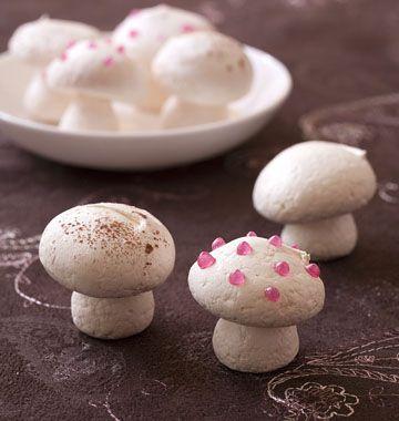 Petits champignons en meringue pour décor de bûche - les meilleures recettes de cuisine d'Ôdélices  ♡♡http://www.odelices.com/recette/petits-champignons-en-meringue-pour-decor-de-buche-r2470