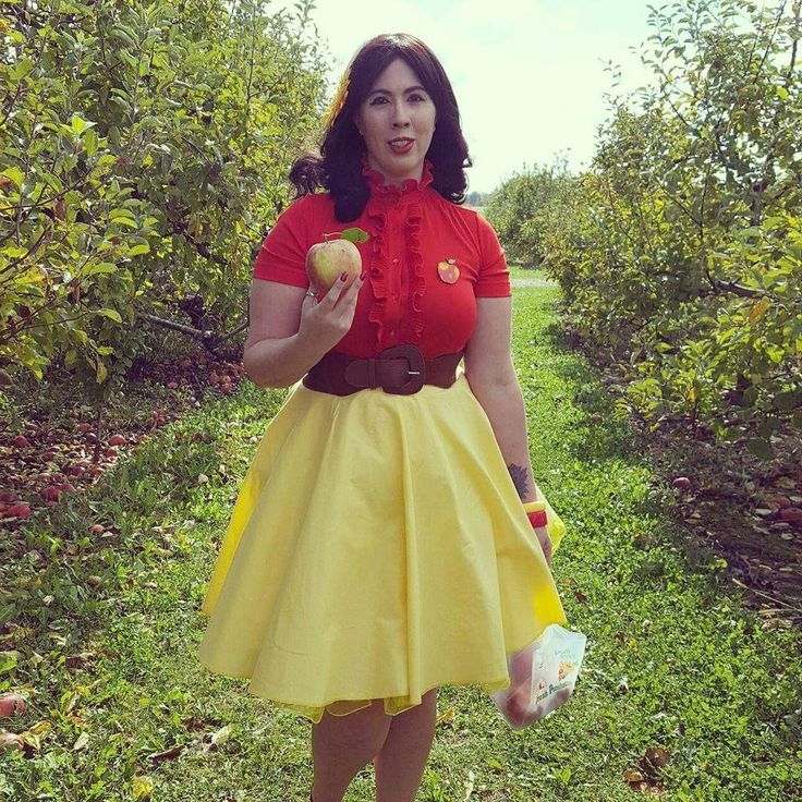 Heading home #vintage #vintagestyle #vintagelove #vintagefashion #curvy #curvypinup #plussizepinup #pinupgirl #pinup #50sgirl #50sgirlatheart #retrostyle #retro #red #yellow #apple #orchard #stuckeyfarm