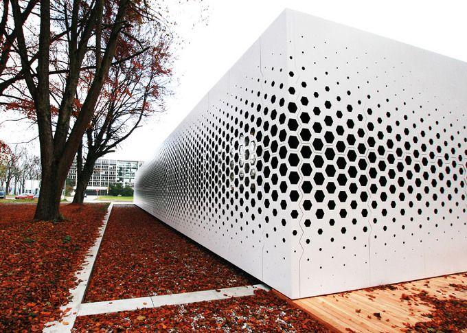 건축과 주변환경과의 관계는 내외부를 구분하는 막; 서피스에 새겨지며 건축물의 고유한 캐릭터를 구현하는 패턴으로 완성된다. 여기 캠퍼스 네츠워크 오피스의 모놀리틱한 백색 파사드에 디자인된 펀칭 패턴은 인근에 위치한 나무들의 그림자를 형상화 한 것으로 주변환경과의 적극적인 호흡으로 이루어 진다. 재미있는 점은 펀칭된 홀의 사이즈 및 밀도에 따라 내부로 유입되는 자연채광 및 시야가 조정되는데, 그림자의 중심..