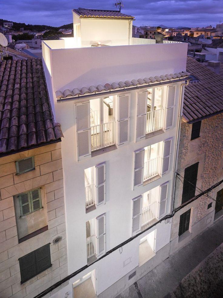 Kresings Architektur a achevé la rénovation et l'extension d'un ancien bâtiment surplombant la petite ville médiévale de Pollença, à Majorque, en Espagne.