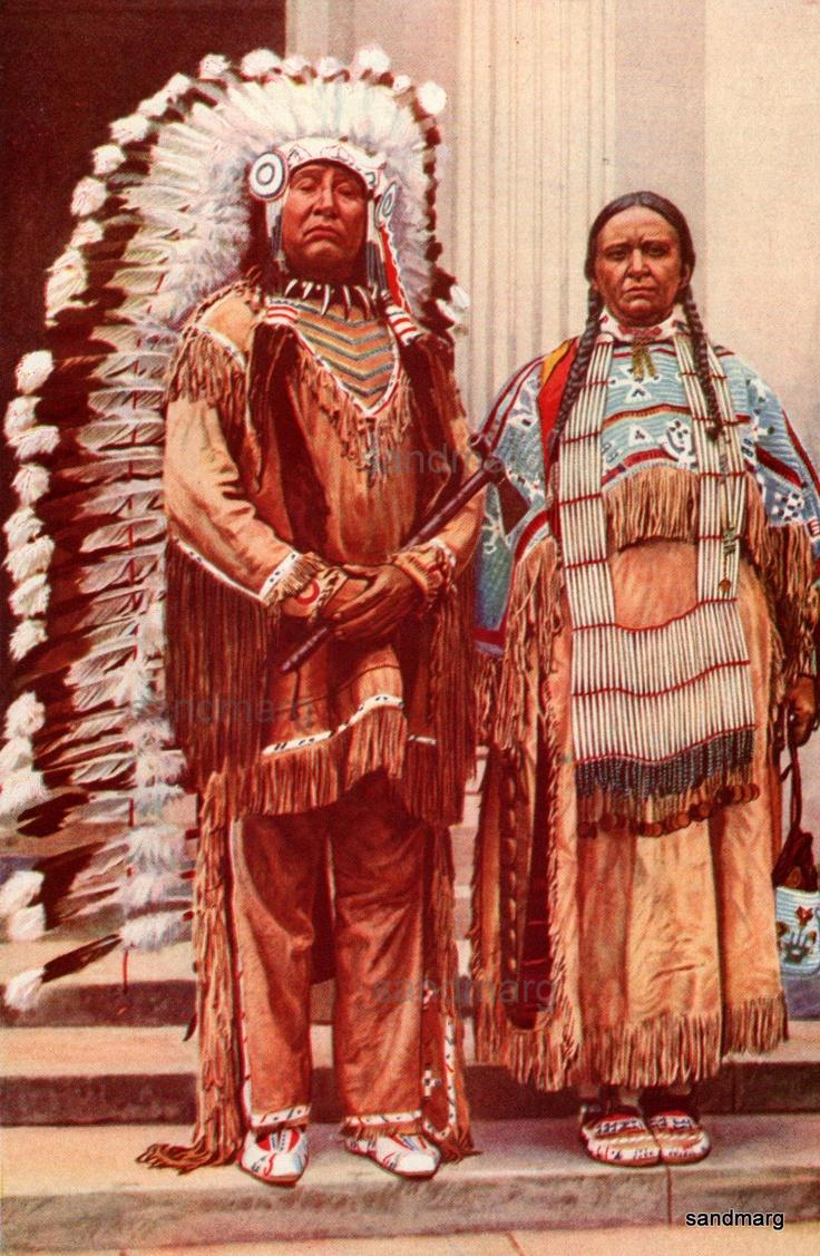 Sioux/dakotas, espalhavam-se pelos estados de Dakota do Norte e do Sul, no centro-norte dos Estados Unidos. Eram os mais agressivos contra os brancos e tinham cerimônias que incluíam rituais de tortura como prova de bravura. Num desses rituais, mostrado no filme Um Homem Chamado Cavalo (1970), o índio tinha a pele atravessada por pinos de madeira presos a cordas, que eram estendidas para erguer o corpo até gerar dilacerações. Os sioux resistiram aos brancos até 1890, quando foram…
