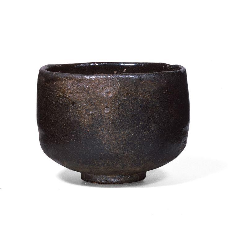黒樂茶碗 銘 大黒(おおぐろ)  初代 長次郎 桃山時代(十六世紀) 重要文化財 個人蔵  今回メインの長次郎茶碗。利休の関わる長次郎茶碗を7碗集めた「利休七種」と冠される7つの茶碗、「大黒」はその筆頭ともいえる。利休の侘び茶の真髄を表し、長次郎茶碗随一と謳われている。深い存在感、静かな佇まい、小さな茶碗が宇宙を支配する。まさに「茶碗の中の宇宙」を表す茶碗。