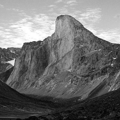 To góra Thor na Wyspie Baffina w Kanadzie. Z czego ona słynie? ma najwyższą przepaść! Góra o wysokości 1,675 m słynie z najwyższej przepaści - można z niej spaść pionowo w dół 1,250 m. Zachodnia ściana o średnim nachyleniu 105 stopni jest częstym celem wspinaczy, mimo że dotarcie do góry położonej na dalekiej północy jest wyjątkowo kłopotliwe.
