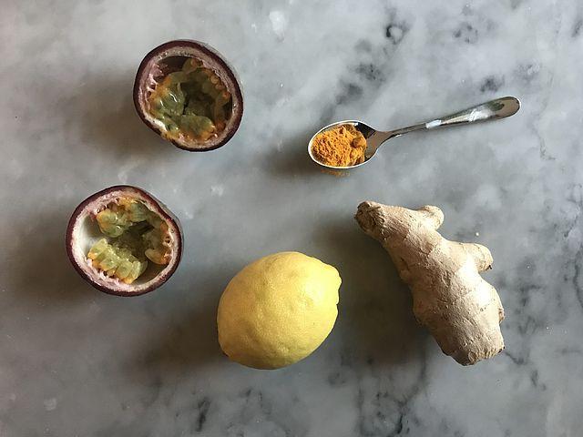 Solgul smoothie med gurkmeja, passionsfrukt och banan | Food Pharmacy | Bloglovin'