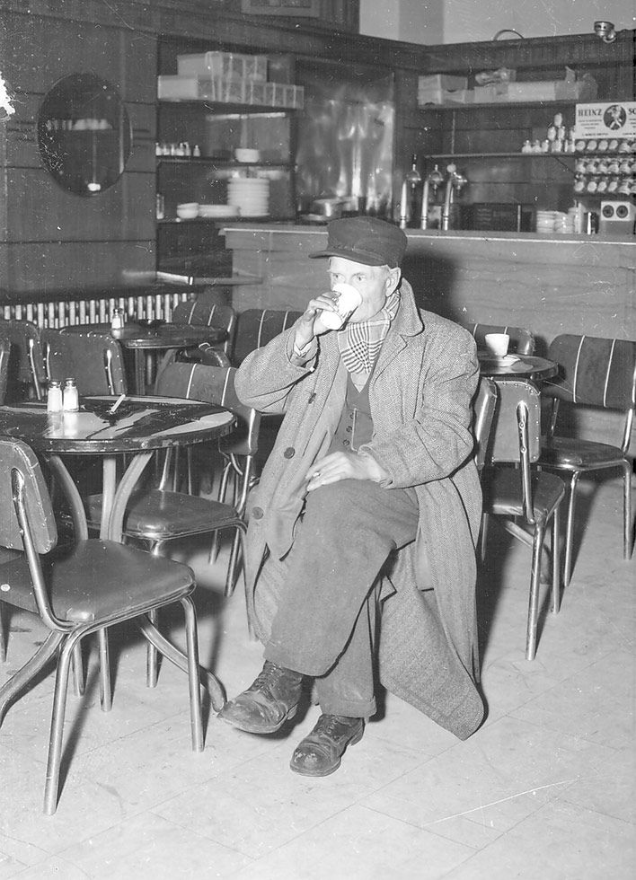 Restaurant du chalet du mont Royal.  18 novembre 1953.  Source : Ville de Montréal. Gestion de documents et archives, VM105,SY,SS1,D54,P2.