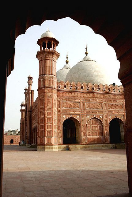 The Badshahi Masjid (بادشاهى مسجد), literally the 'King's Mosque', was built in 1673 by Aurangzeb in Lahore, Pakistan