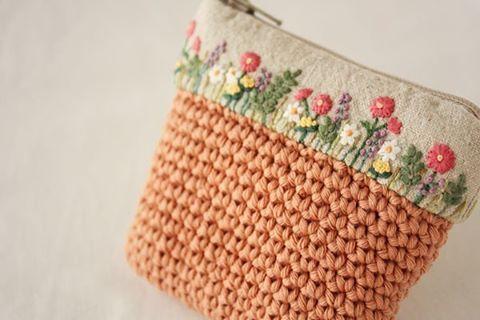 . 昨日の刺繍は、小さな小物入れになりました。 . . #刺繍#手刺繍#ステッチ#手芸#embroidery#handembroidery#stitching#자수#broderie#bordado#вишивка#stickerei#花の刺繍#ポーチ#かぎ編み#ハンドメイド# handmade