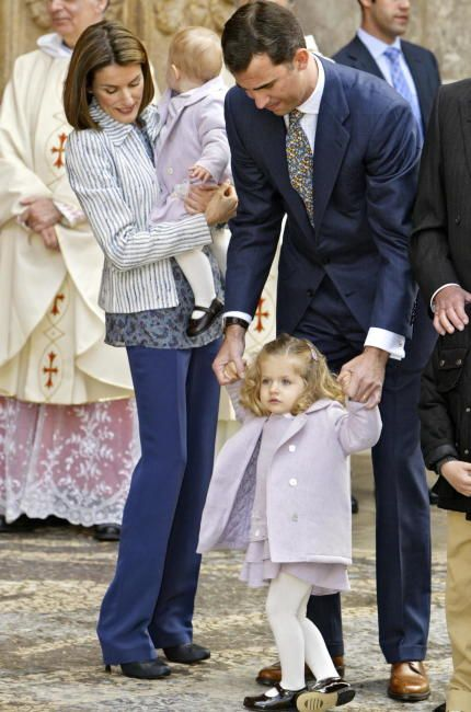 En 2008, Doña Letizia, que por aquella época también llevaba el pelo muy corto, apostó por un look informal con pantalones tipo jeans, camisa azul con estampado floral, blazer a rayas de Mango y botines negros de tacón.