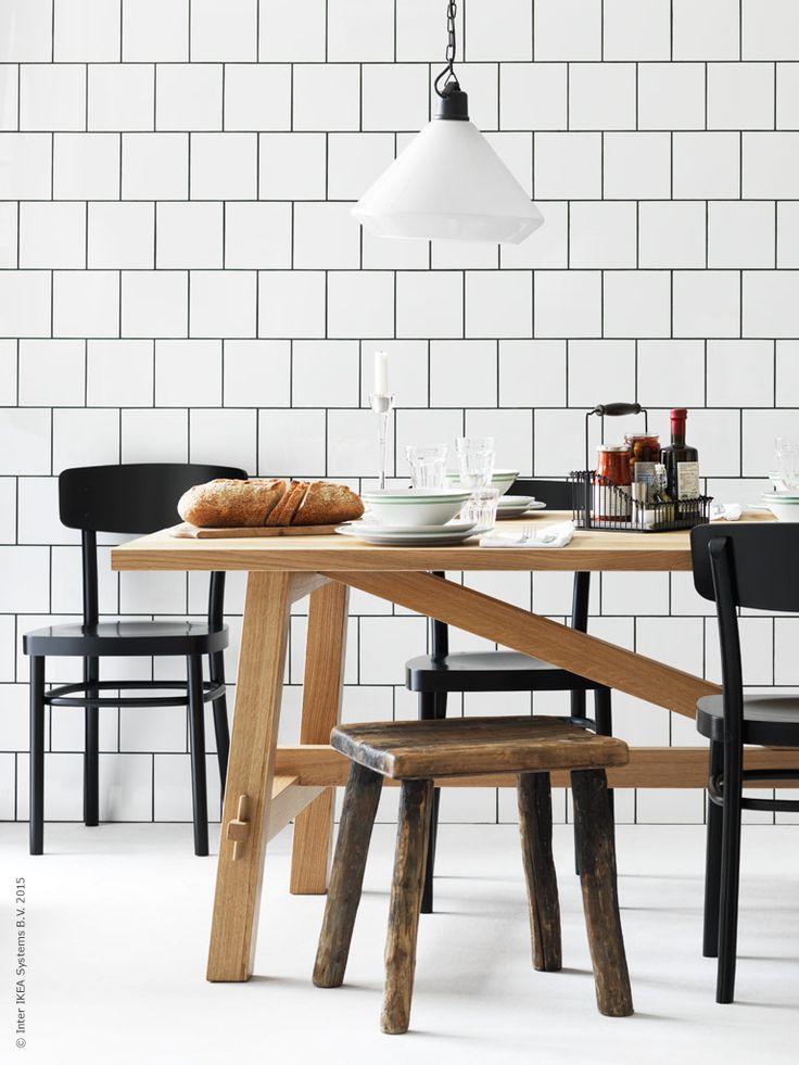 Duka upp i lantlig stil för alla tillfällen! MÖCKELBY bord, IDOLF stol, tillbehör i FINTORP trådkorg med handtag. ÄLVÄNGEN taklampa.