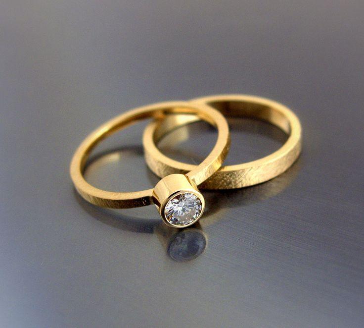 Metal szlachetny: żółte złoto (możliwa modyfikacja koloru złota) Próba: 0,585(14k) Łączna masa pierścionka i obrączki: ok. 2,80-3,80 g ( w zależności od rozmiaru) Rozmiar: dowolny  Kamień szlachetny: diament Masa: 0,12 ct Wymiary: Ø 3.10 mm Czystość: SI Barwa: H Przybliżony termin realizacji: 6 dni roboczych