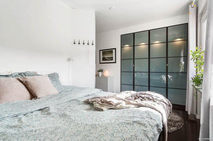Praktisk och snygg förvaring i inbyggd garderob.