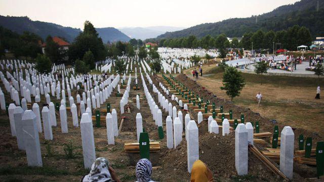 Le massacre de Srebrenica - Le massacre de Srebrenica reste une des pages les plus noires de l'histoire des Pays-Bas mais aussi de la guerre de Bosnie (1992-1995). L'enclave limitrophe de la Serbie était placée sous la protection de l'ONU lorsqu'elle a été prise le 11 juillet 1995 par les forces serbes de Bosnie. - http://ift.tt/2sNsx1e - #ino-actu-lexp::nos-dossi - February 11 2018 at 07:10PM