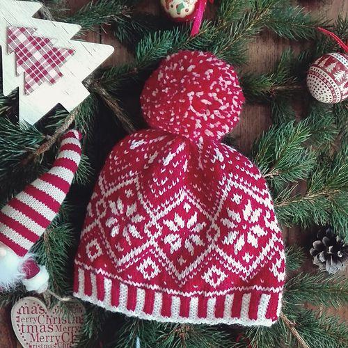 Simpatico cappellino natalizio con grande pon-pon, ideale come idea regalo o da indossare durante le feste invernali; è un pattern semplice ma originale che vogliamo regalarvi per augurarvi un felice Natale!