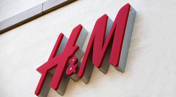 Ein Sweatshirt für 19,99 Euro, eine Hose für 29,99 Euro, eine Jacke für 39,99 Euro – bei H&M kommen Liebhaber von günstigen Trend-Pieces ins Schwärmen. Wer vorher schon Fan des Modehauses war, wird bei dieser News vom Hocker fallen: Nach Arket und Nyden stellt H&M nun ein Unternehmenskonzept für Schnäppchenjäger vor: In Schweden eröffnet der Moderiese bald Outlet-Geschäfte unter dem Namen Afound, die saisonunabhängige Kollektionen von der Eigenmarke und den Schwesterlabels verkaufen. #hm…