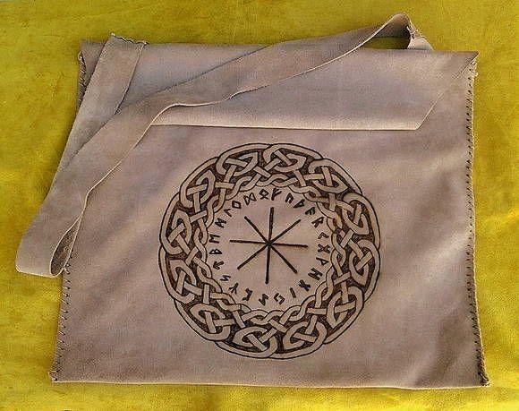 Bolsa em couro, pirogravado em temas e símbolos variados (sob encomenda) para transportar apetrechos mágicos e tábuas de leitura e rituais. R$ 450,00