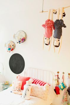 Love the rag dolls hanging above the bed. Tammy Montagna & Filhos - Mom Rocks