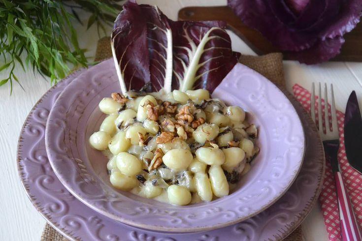 Gli gnocchi con radicchio e gorgonzola sono la ricetta di un saporitissimo primo piatto che dovete assolutamente preparare! L'unione del gorgonzola con le noci è più che