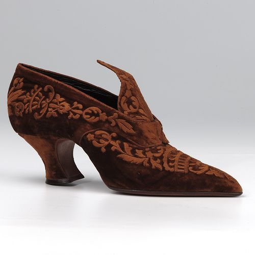 Pair of ginger brown velvet court shoes by Yantourney, c. 1920. Image via Northampton Museums & Art Gallery.
