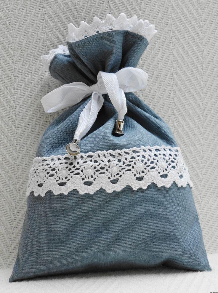 Niebieska sakiewka z koronką