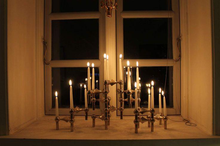 Gamle Franz Nagel lysestager sat sammen og fyldt med lys. - de er også super dekorative uden lys, men til jul må de godt hygge lidt.