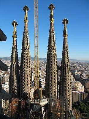 サグラダ・ファミリアは、カタロニア・モダニズム建築の最も良く知られた作品例であり、カタロニアの建築家アントニ・ガウディの未完作品である。